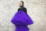 Стритстайл модель Лили Гэтинс, естественно, не могла не посетить Неделю моды в Париже. Лиловая драпировка ее платья напоминала о временах зенита славы Версальского дворца, а кольчужный ошейник — о вторжении варваров в Галлию.