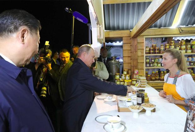 Российский и китайский лидеры Владимир Путин и Си Цзиньпин на IV Восточном экономическом форуме