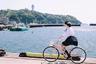 На каждой фотографии японской пользовательницы Instagram @ringostar.desu есть яблоко. На этой тоже — оно в корзинке едущего по берегу моря велосипеда.
