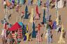 Лес полосатых зонтиков на испанском пляже — идеальное место для Уолли из книг английского иллюстратора Мартина Хэндфорда. Обычно на его картинках он прячется в толпе в белой кофте с красными полосками и в такой же шапочке с помпоном. На этом кадре не особенно многолюдно, поэтому затеряться не получится, зато полосок как раз в меру для хорошей маскировки.