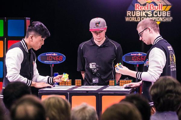 Финал чемпионата мира по спидкубингу Red Bull Rubic's Cube. Слева Билли Вонг