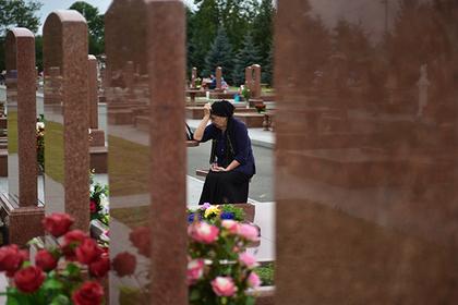 На кладбище жертв теракта в Беслане дали денег