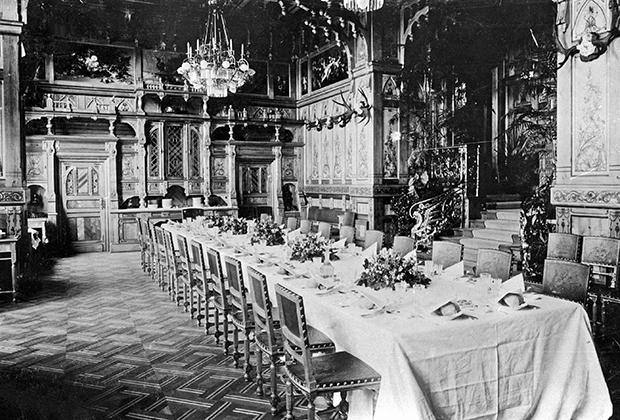 Столовая Беловежского дворца семьи Романовых была построена в 1894 году. Фото, 1897 года.