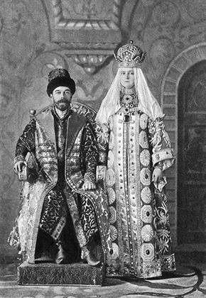 Одним из любимых развлечений последнего императора были костюмированные балы. На фото Николай II и Александра Федоровна позируют в одежде XVII века. Костюмированный бал был организован в честь двухсотлетия Санкт-Петербурга в 1903 году.
