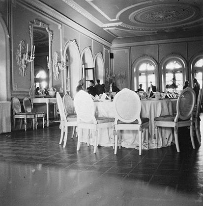 Столовая в Ливадийском дворце — летней резиденции Николая II в Крыму, 1909-1910 годы.