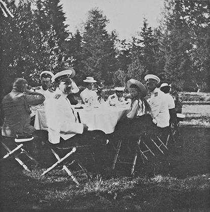 Семейный ужин Николая II вместе с императрицей, наследником престола и великими княжнами.