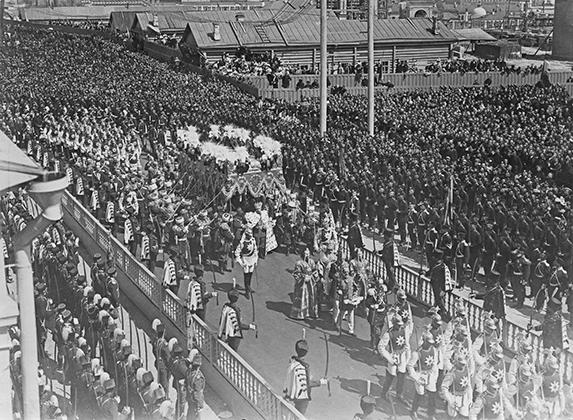 Общий вид коронационной процессии во время венчания Николая II на царство.