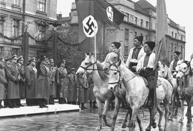 Парад украинских националистов в Станиславе (ныне Ивано-Франковск), октябрь 1941 года