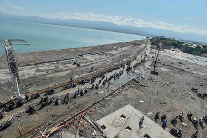 Число жертв землетрясения и цунами в Индонезии за стуки выросло вдвое