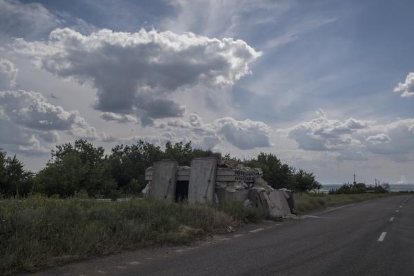 Брошенный блок-пост на дороге Донецк — Горловка