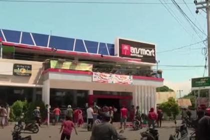 Индонезийцы пережили цунами и пошли грабить магазины