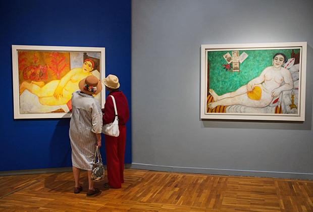 Посетительницы у картины Михаила Ларионова «Кацапская Венера» (1912 год) на выставке «Михаил Ларионов» в Третьяковской галерее в Москве. Справа — картина Михаила Ларионова «Еврейская Венера» (1912 год)