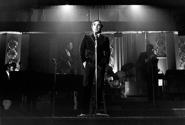 Азнавур стал одним из популярнейших шансонье Франции, его также любили далеко за пределами страны. В том числе и в России, куда артист часто приезжал. В 2015году музыкант встретился в Москве с пожилой поклонницей Лидией Родиной, а в 2018-м попал в больницу в Санкт-Петербурге.