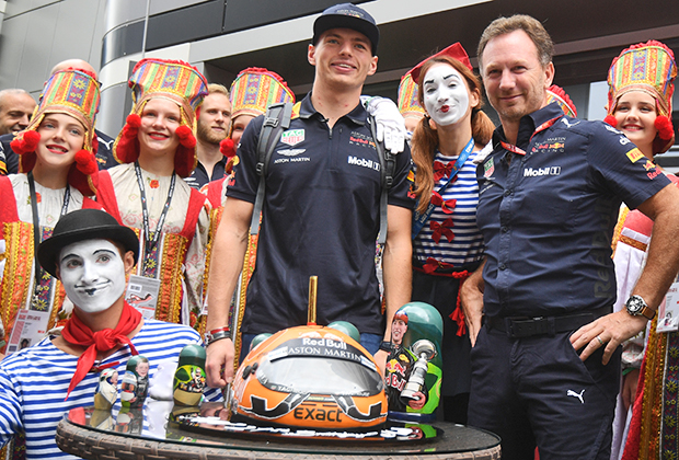 Команда Red Bull поздравляет пилота Макса Ферстаппена с днем рождения перед парадом пилотов 30 сентября. Справа — руководитель команды Кристиан Хорнер, по совместительству муж экс-участницы Spice Girls Джерри Холлиуэлл.
