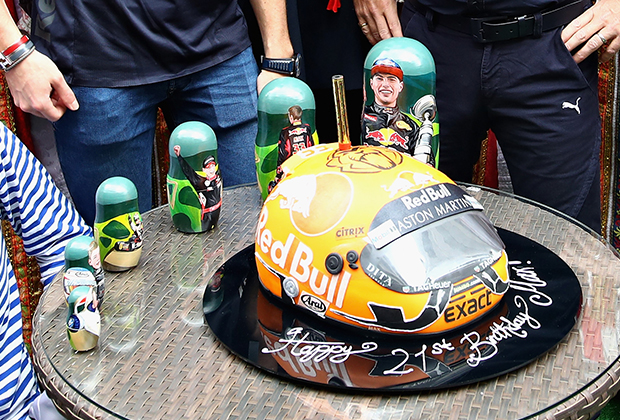 Торт в честь 21-го дня рождения Макса Ферстаппена и матрешки, на которых изображена вся его карьера от картинга до Формулы-1.