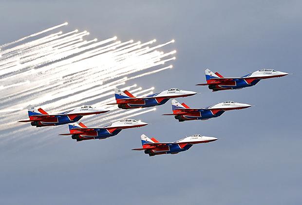 Пилотажная группа ВКС РФ «Стрижи» пролетела над стартовой прямой и устроила в небе над трассой импровизированный салют.
