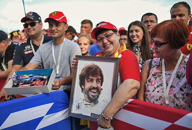 Женщина с портретом гонщика команды McLaren Фернандо Алонсо. Для испанца этот Гран-при России стал последним — в конце сезона он завершает карьеру в Формуле-1. Возможно, поэтому на трибунах было как никогда много его фанатов.