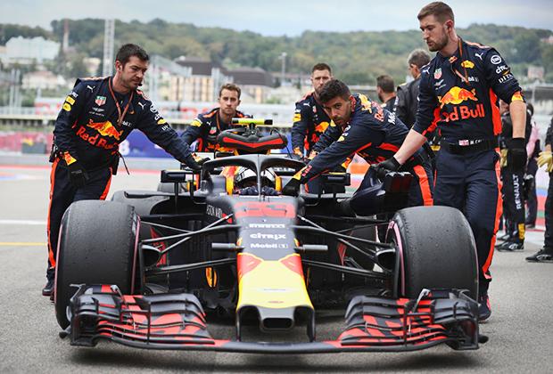 Болид пилота Red Bull Макса Ферстаппена перед стартом гонки. Молодого голландца признали лучшим гонщиком дня по итогам зрительского голосования.