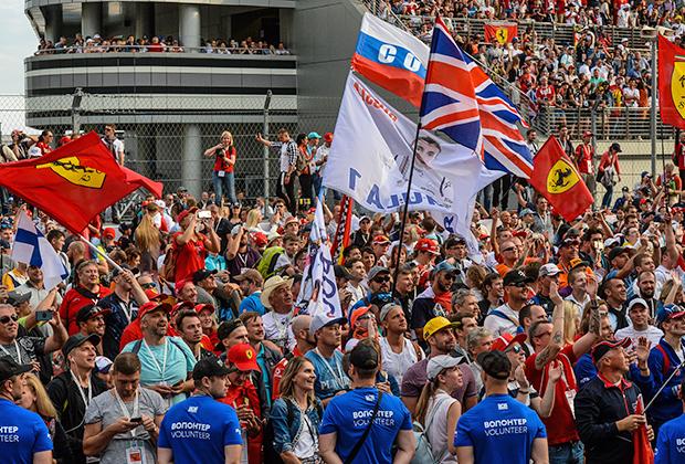 Болельщики во время церемонии награждения после финиша гонки. Среди моря фанатов Mercedes и Ferrari встречались и те, кто поддерживал Сироткина.