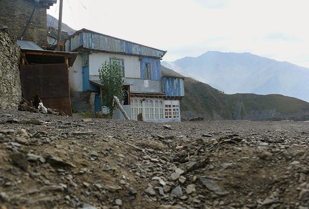 Когда-то покинув аул, нынче сильдинцы снова строят себе здесь жилье, чтобы хотя бы изредка отдыхать от соблазнов цивилизации