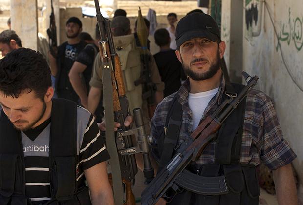 Бойцы «Свободной сирийской армии» готовятся к бою. Они получили сигнал с просьбой о помощи из соседнего города. Провинция Идлиб, 27 мая 2012 года.
