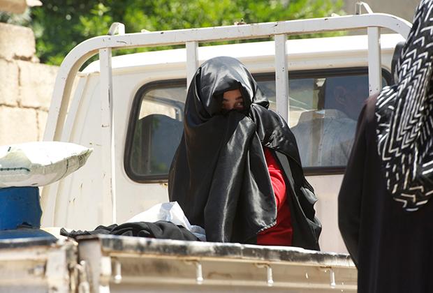 Семья эвакуируется из Хулы. Сирия, 19 июня 2012 года.