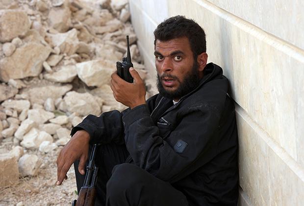 Боец укрывается от атаки в Кафр-Зайте. Сирия, 4 июня 2012 года.
