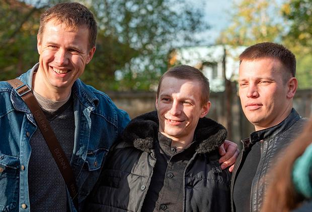 Пострадавший от пыток в ярославской колонии Евгений Макаров (в центре) вышел на свободу из ярославской ИК-8