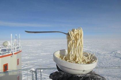 Полярники показали воздействие 60-градусного мороза на лапшу