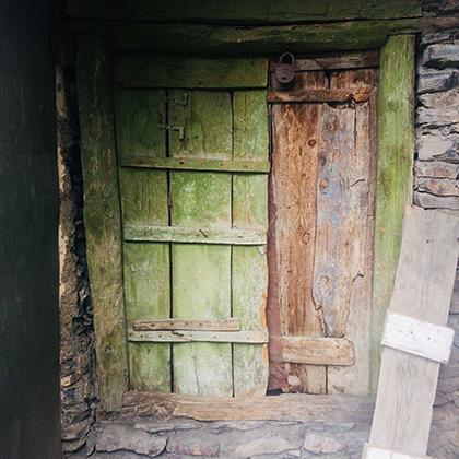 Некоторые дома в ауле пока пустуют. Однако некогда покинувшие Сильди жители потихоньку возвращаются в родные места