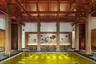Этот «золотой» бассейн расположен, как ни странно, не на Рублевке, а в Тибете, в курортном отеле St. Regis Lhasa. Шикарное место со средней стоимостью размещения 10 тысяч рублей в сутки. Некоторые гости, правда, жалуются на недостаток кислорода — все-таки высокогорье.