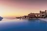Этот старинный дворец XI века, воздвигнутый на скалах у побережья Амальфи, — отель Belmond Hotel Caruso. В нем тоже есть видовой бассейн. Купающиеся как будто парят над Средиземным морем. Отель был тщательно реставрирован, никаких средневековых дикостей здесь нет. И само его здание — произведение искусства, а с бассейном — вдвойне.