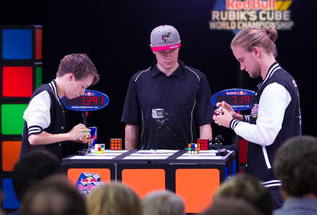 Чемпионат мира по спидкубингу Red Bull Rubic's Cube. Слева самый молодой участник англичанин Кристофер Миллз