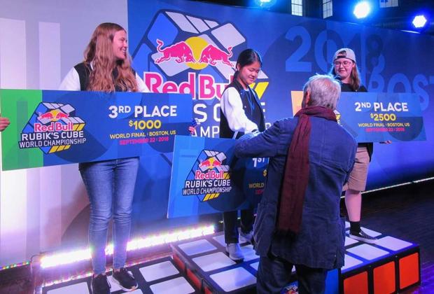Эрно Рубик вручает призы победительницам чемпионата мира по спидкубингу Red Bull Rubic's Cube