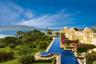 Поплавать как настоящий махараджа можно в отеле The Oberoi Udaivilas на берегу озера Пичола в индийском городе Удайпур. Причудливая архитектура, фонтаны, сады и огромный бассейн — что еще надо?