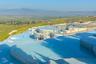 Источники Памуккале в Турции — это каскад природных ванн, украшенных белоснежными сталактитами. Возникает вопрос: а нужны ли вообще искусственные бассейны, когда на свете есть такое? Температура воды — около 36 градусов. Посетителей много даже в некурортный сезон.