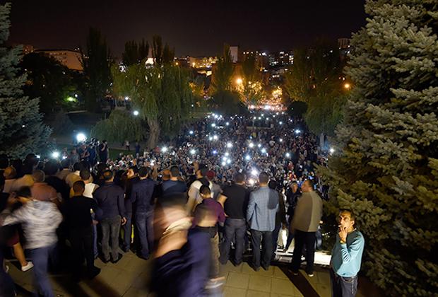 Сторонники Пашиняна у здания парламента
