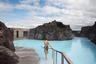 Особенный купальный опыт предлагает исландский курорт Blue Lagoon Resort (Голубая лагуна). Расположений здесь геотермальный бассейн прославился на весь мир: вода очень теплая в любое время года, а цвет ее поистине сказочный. Стоимость посещения — от 55 евро.