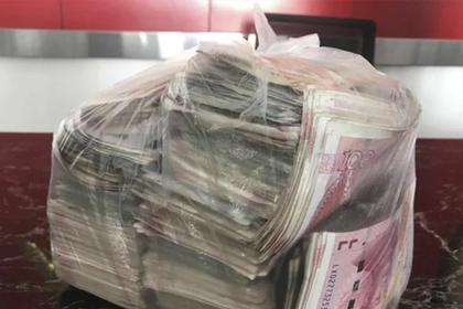 Бедный уборщик нашел набитый деньгами пакет и вернул его владельцу