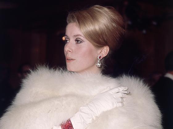 Катрин Денев в театре «Одеон» в Лондоне (1966)