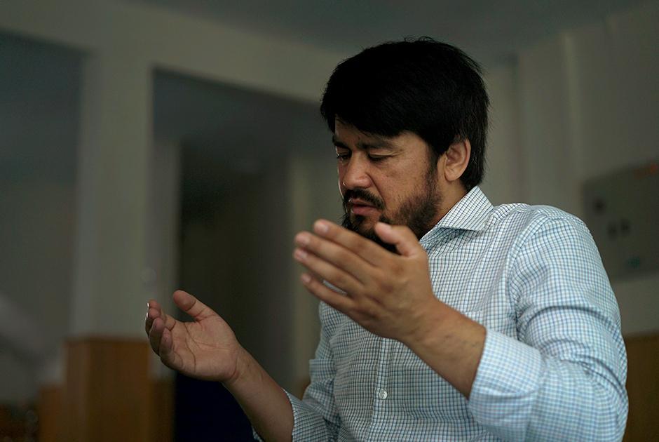 Абдурехим Имин— отец пятерых детей из Кашгара. Он уехал из Китая в 2013 году и с тех пор не видел свою семью. В 2015 году его жену арестовали после того, как он отправил ей в подарок оливковое масло. Впоследствии он узнал, что двое его детей были убиты в драке с полицией. Одного сына отправили в интернат. Судьбы еще двоих ему неизвестны.