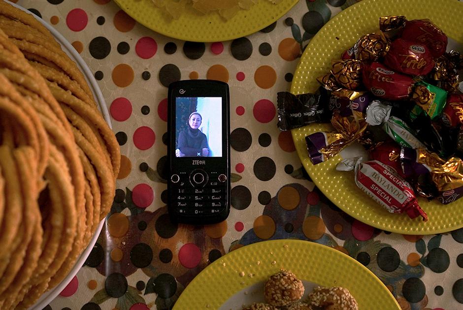 Гульзар Селей уехала в Турцию с семьей до того, как появились сообщения о репрессиях против уйгуров в СУАР. Несмотря на предупреждения о том, что местных жителей отправляют в лагеря и просьбы мужа не ехать, она отправилась в Китай вместе с новорожденным сыном навестить умирающую мать. Ее арестовали вместе с ребенком в аэропорту Урумчи — столицы региона. Затем, по имеющимся сведениям, их обоих отправили в тюрьму.