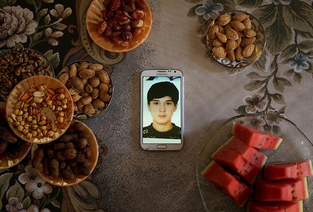 Пакзату Курбану 18 лет. В 2015 году он вместе с семьей переехал в Стамбул. Как говорят его родственники, два года назад он попал в китайскую тюрьму, когда вернулся в СУАР навестить бабушек и дедушек. Его арестовали прямо в аэропорту. Родители рассказали, что после этого получили восьмисекундное видео, на котором их сын привязан к стулу, его пытают и убеждают работать на китайскую полицию.