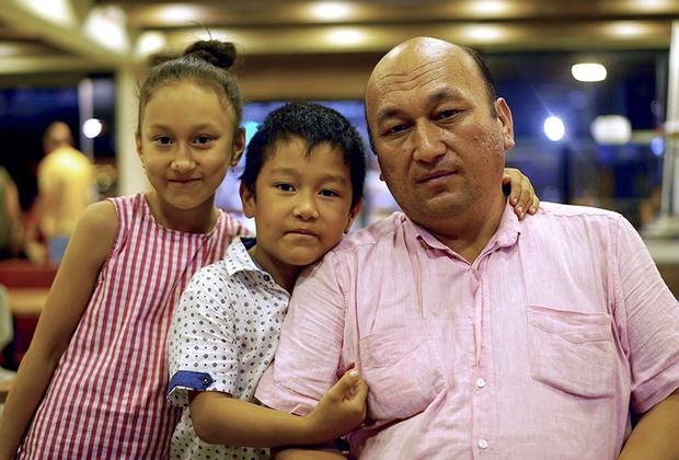 Омир Бекали открыто критикует китайские власти за создание лагерей перевоспитания для уйгуров. Сейчас он вместе с семьей живет в Стамбуле, однако опасается, что вскоре его жену и сына депортируют в Китай. Турецкие власти могут не продлить им разрешения на пребывание в стране.