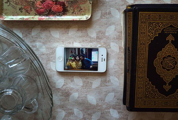 С начала года в СМИ появляется все больше сообщений о создании концентрационных лагерей для уйгуров-мусульман в СУАР. Туда отправляют молодых и трудоспособных мужчин. По имеющейся информации, в лагерях они проходят курс патриотического воспитания: поют китайские песни, изучают китайский язык, учатся быть частью китайского общества.