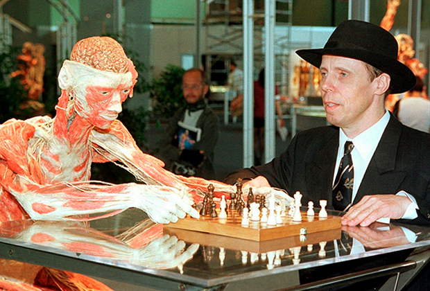 Гюнтер фон Хагенс и его пластинированный шахматист в 1999 году