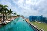 Сингапурский отель Marina Bay Sands — средоточие роскоши, а местный бассейн — один из самых узнаваемых в мире. Расположен он на высоте около 200 метров, можно плавать и смотреть на город. Есть и минусы — в частности, загруженность. «В бассейне очень много народу, но мы всегда находили место для фото без лишних людей», — написала одна из пользовательниц Booking.com.