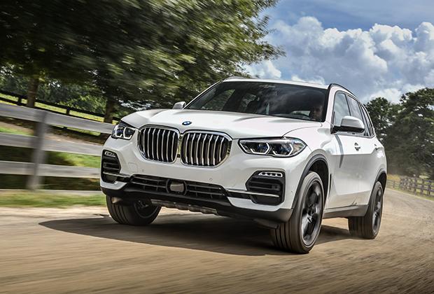 BMW X5 нового поколения (кузов G05) доступен в России в четырех версиях: бензиновые 40i (340 лошадиных сил., 5,5 секунды до 100 километров в час) и 50i (462 сил., 4,7 секунды), а также дизельные 30d (249 сил и 6,5 секунды) и M50d (400 сил и 5,2 секунды).