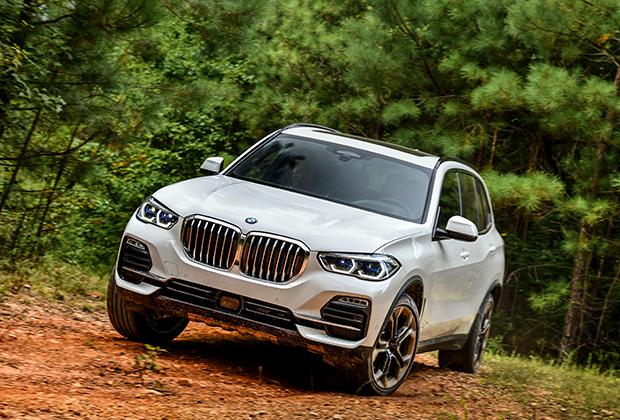 В отличие от двух прошлых поколений, новый X5 получил пневмоподвеску на всех четырех колесах, а не только на задних. Теперь кроссовер умеет приседать на 40 миллиметров, облегчая посадку, и подниматься на 40 миллиметров относительно базового уровня на бездорожье. Если не хватит и этого и вы застрянете, BMW поднимется еще на 30 миллиметров.