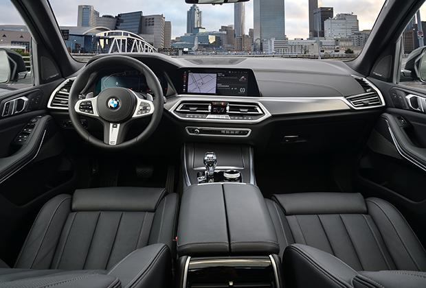 Передняя панель по-прежнему повернута к водителю, а стиль исполнения — сдержанный немецкий минимализм. Главное новшество — полностью цифровая панель приборов, причем стрелки приборов движутся на встречу друг другу.